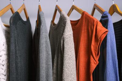 Strakke kleerkast met kledingstukken op een hanger