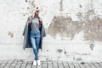 Stijlvolle vrouw in elegante basic kledingstukken