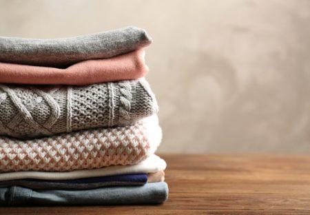Vouw wollen truien op om ze langer mooi te houden